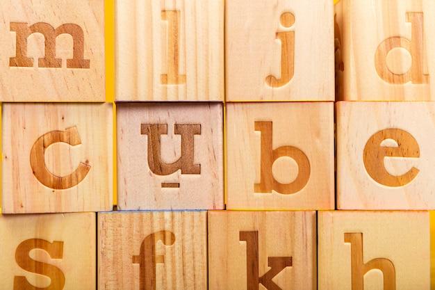 木製アルファベットブロック文字 Premium写真