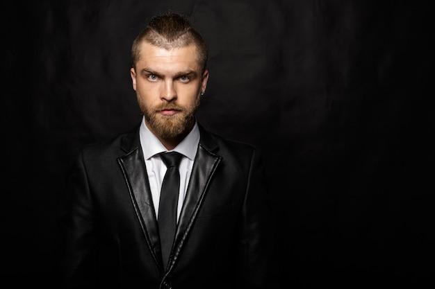 ハンサムなスタイリッシュな男の肖像 Premium写真