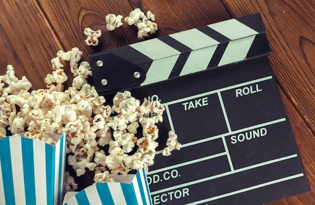 ポップコーンの映画クラッパーボード Premium写真