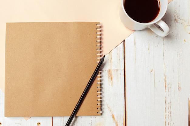Офис деревянный стол с пустой блокнот, карандаш. Premium Фотографии