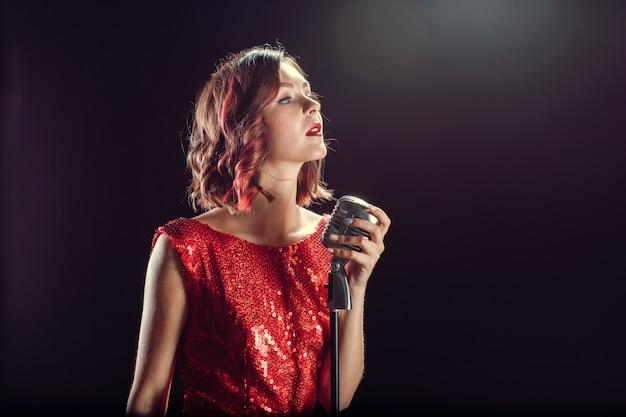美しい若い歌手 Premium写真