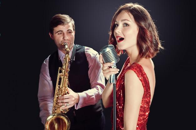 女性歌手およびサックス奏者 Premium写真