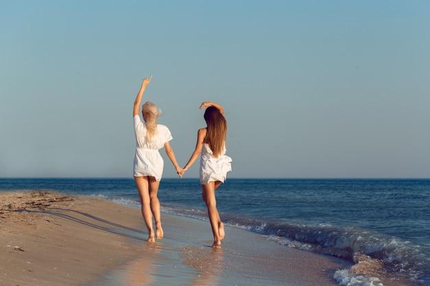 休暇中の女性の友人 Premium写真