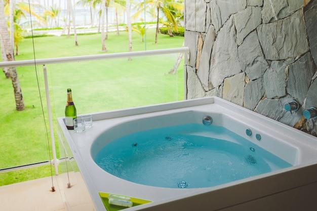 ホテルの屋外ジャグジー浴槽 Premium写真