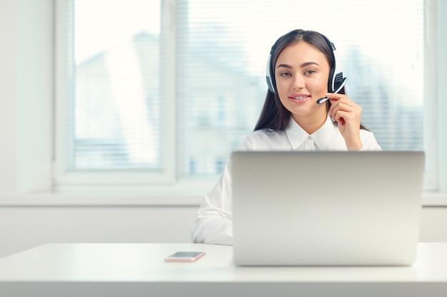 職場のヘッドセットで電話オペレーターをサポート Premium写真