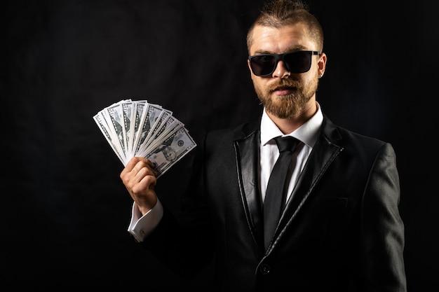 お金を手に持って男 Premium写真