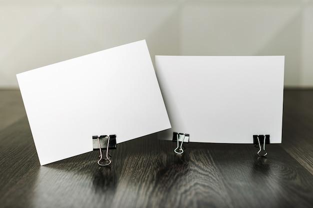 木製のテクスチャテーブルに空白の名刺 Premium写真