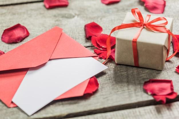 バラと木の板、バレンタインの日に心 Premium写真