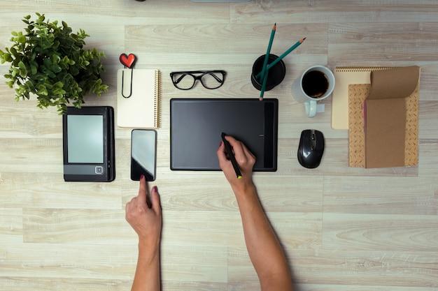 スタイラスとタブレットを使用してグラフィックデザイナーの手 Premium写真