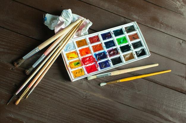 水彩絵の具と絵筆のセット Premium写真
