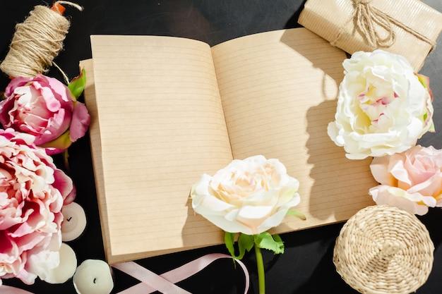 Цветы с пустой винтажной тетради для вашего дизайна Premium Фотографии