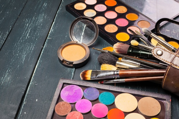 化粧ブラシと化粧アイシャドウ Premium写真