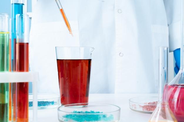 テーブルの上の実験用ガラス化学容器での操作 Premium写真