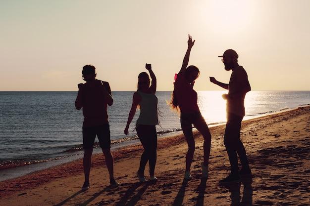 夏に踊る人々 Premium写真