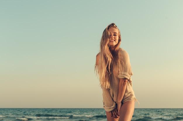 海で美しい少女の肖像画 Premium写真