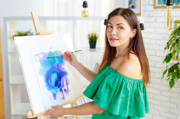 アートスタジオで働くクリエイティブな女性 Premium写真