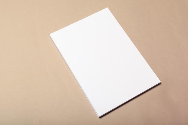 ベージュのモックアップ用の空白の紙片 Premium写真