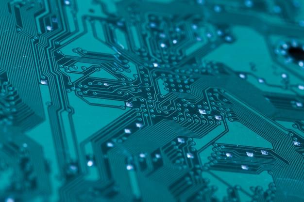 印刷された緑のコンピューター回路基板のクローズアップ Premium写真