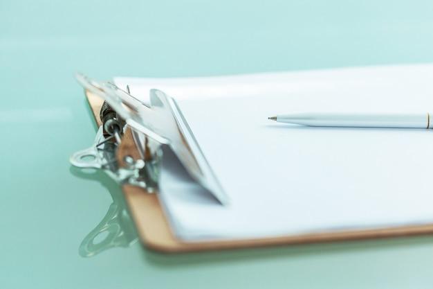 テーブルの上のオフィスのクリップボードをクローズアップ Premium写真