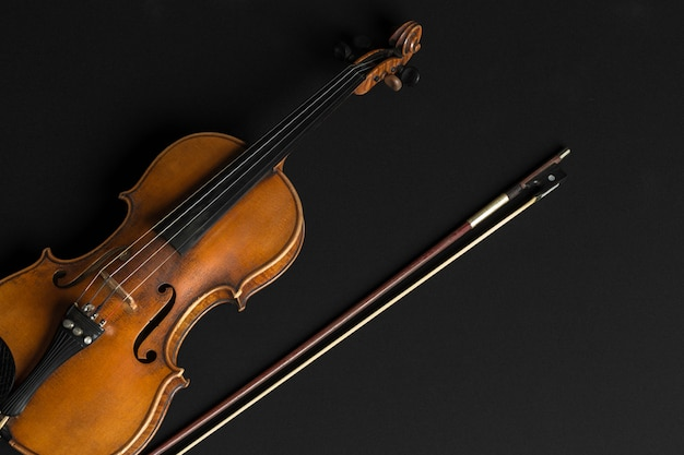 黒の古いバイオリン Premium写真