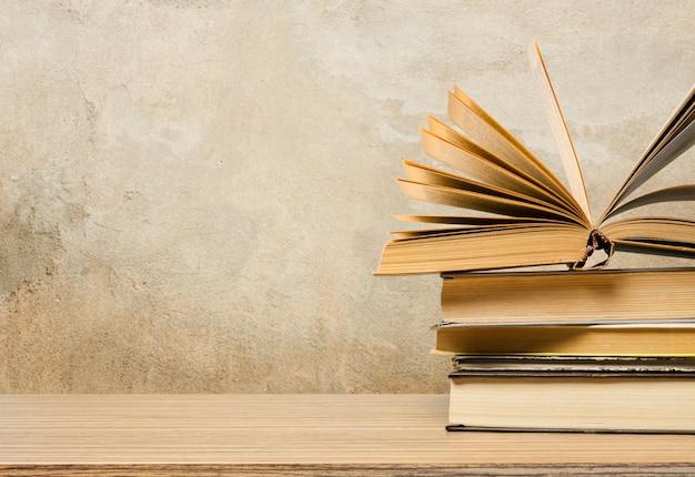 Школьная доска с кучей книг Premium Фотографии