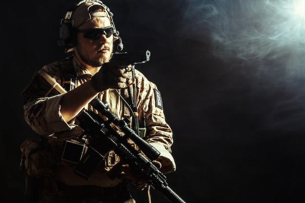 暗闇の中でライフルを持つ特殊部隊の兵士 Premium写真