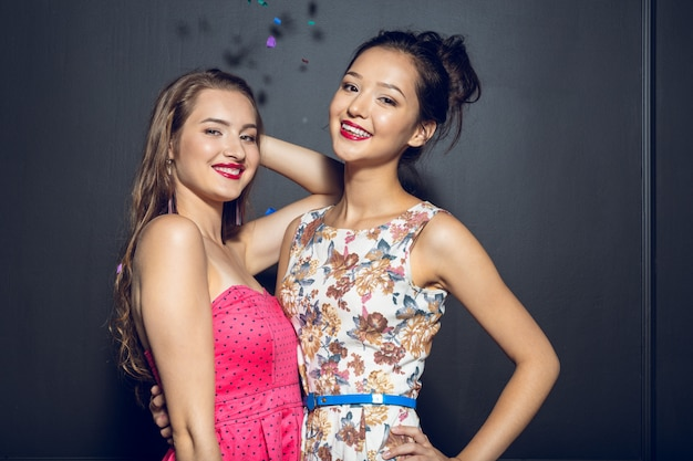 パーティーを持つ陽気な美しい若い女性 Premium写真