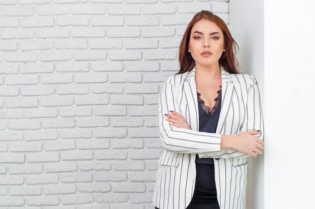 Современная деловая женщина в офисе с копией пространства Premium Фотографии