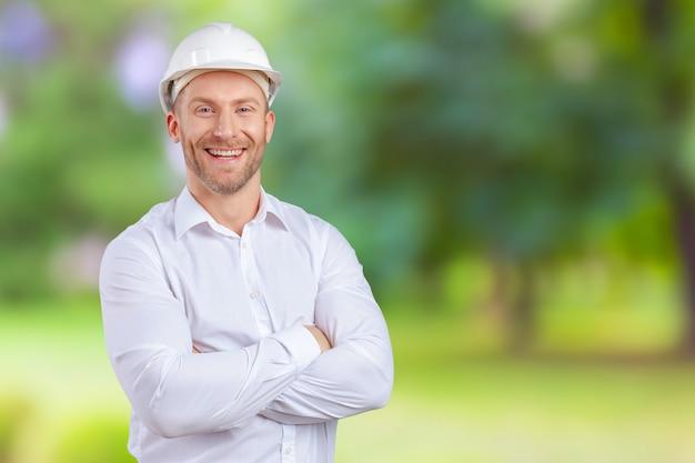 Счастливый молодой бизнесмен архитектор улыбается Premium Фотографии