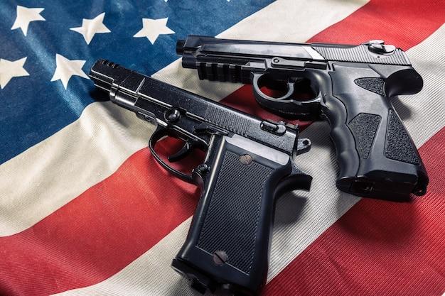 アメリカの国旗の上に横たわる拳銃 Premium写真