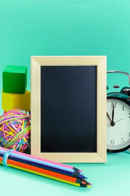 Небольшой деревянный каркас пустой доски для вашего дизайна Premium Фотографии