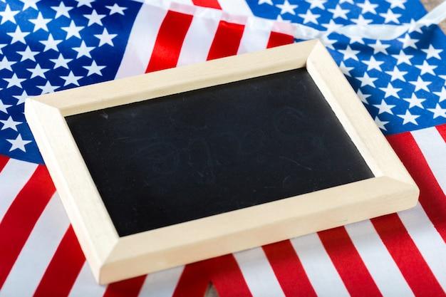 アメリカの国旗と空白のチョークボード Premium写真