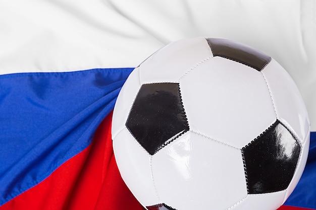 サッカーボールとロシアの旗 Premium写真