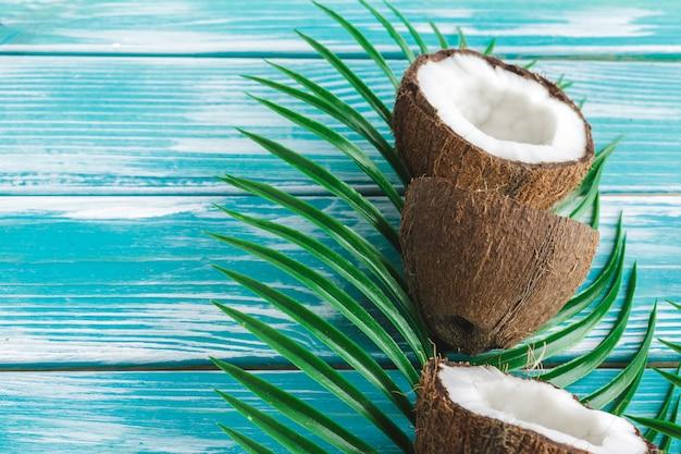 Креативный макет из кокоса и тропических листьев. питание Premium Фотографии