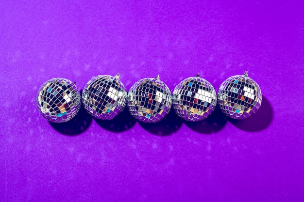 紫に輝くディスコボールをクローズアップ Premium写真