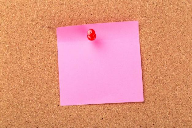 Липкая заметка или сообщение на пробковой доске объявлений Premium Фотографии