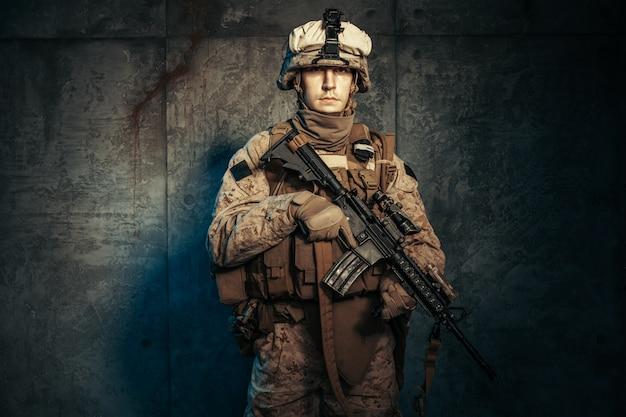 戦争、軍隊、武器。ライフルを保持している民間軍事請負業者 Premium写真