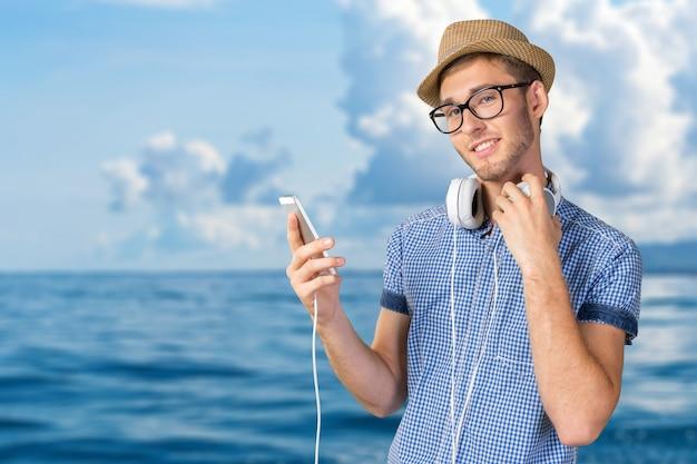 音楽を聞いているハンサムな若い男の肖像 Premium写真