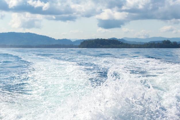 岩、海と青い空 Premium写真