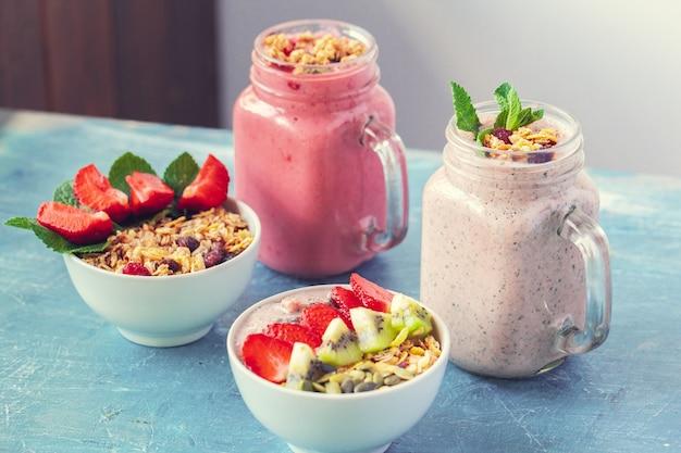 健康的な朝食にグラノーラとスムージー。セレクティブフォーカス Premium写真