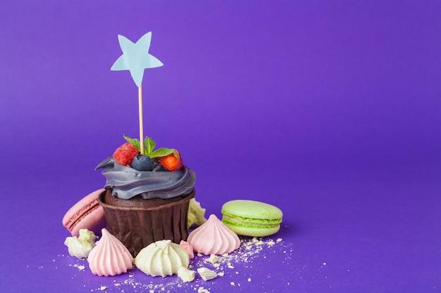 飽和濃い紫色の背景に美しいカップケーキ Premium写真