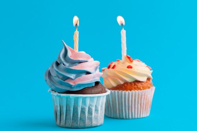 明るい色の背景にお誕生日おめでとうカップケーキ Premium写真