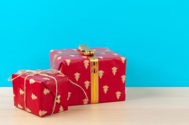 明るい青の背景に装飾されたギフトボックス Premium写真