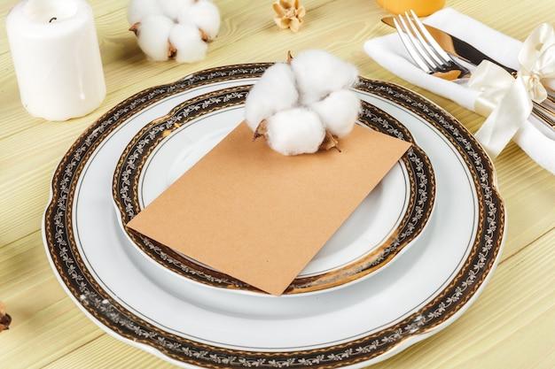 装飾が施された結婚式のテーブルセッティングの平面図 Premium写真