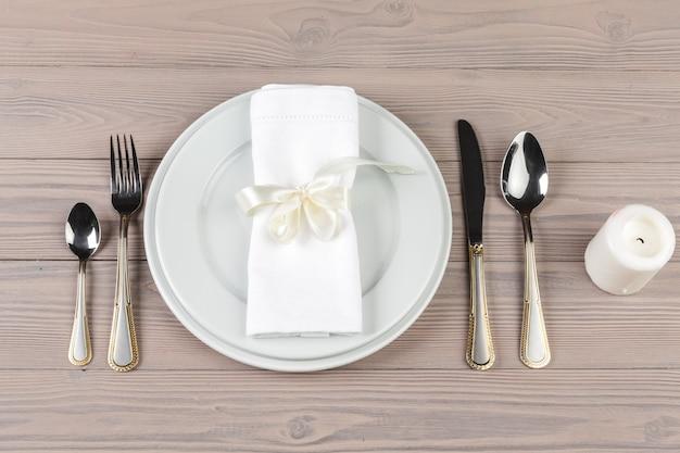 木製のテーブルに美しい素朴なテーブルの設定 Premium写真