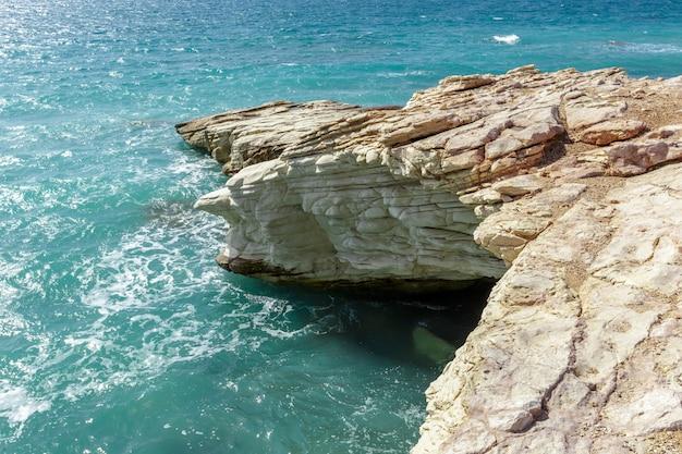 朝の岩の多い海岸の眺め Premium写真