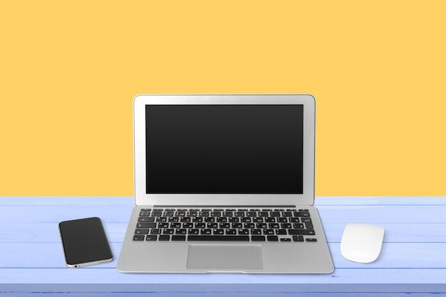 Рабочая область с современным ноутбуком Premium Фотографии