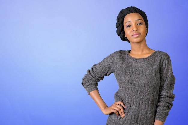 若い女性がポーズ Premium写真