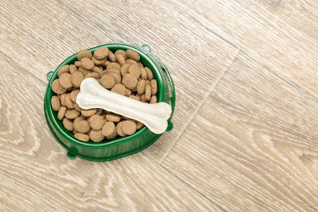 犬または猫用の乾燥食品。 Premium写真