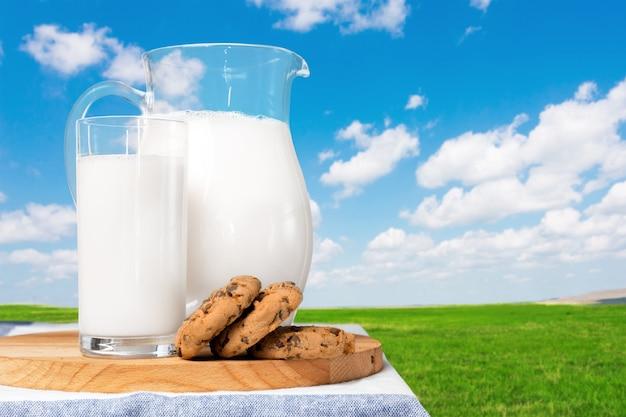 自然な背景を持つテーブルの上のミルク Premium写真